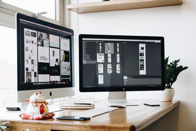 Strieborný a čierny monitor, Apple.jpg