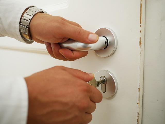 Zamykanie dverí s kľúčom.jpg