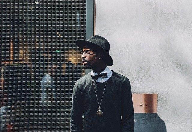 Muž v okuliaroch a čiernom klobúku.jpg