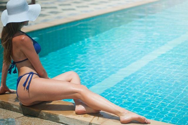 žena v plavkách pri bazéne